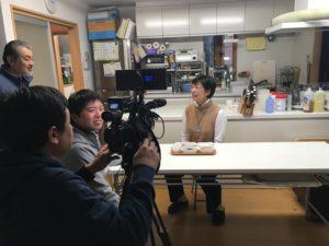 撮影風景:インタビューを受けるフードスタイリスト 田島富佐江さん